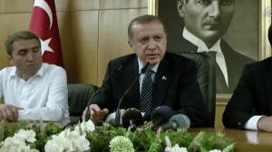 Ο Ισλαμιστής πρωθυπουργός της Τουρκίας, από τη βραδιά του πραξικοπήματος, κάνει όλες τις εμφανίσεις του μπροστά στην εικόνα του κοσμικού ιδρυτή της Τουρκικής Δημοκρατίας