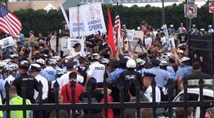 Εκατοντάδες ήταν οι μεγάλες και μικρές διαδηλώσεις στους δρόμους της Φιλαδέλφεια όπου, με αφορμή το συνέδριο των Δημοκρατικών, συναντήθηκαν όλα τα κοινωνικά κινήματα των ΗΠΑ. Εδώ κινητοποίηση της «Άνοιξης της Δημοκρατίας», που προωθεί μεταξύ άλλων το αίτημα της καθολικής ψηφοφορίας – καθώς, με διάφορα προσχήματα, το στερούνται ακόμη και σήμερα εκατομμύρια πολιτών!