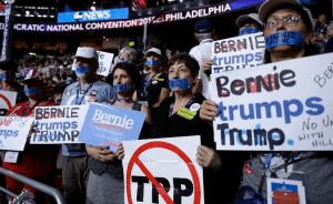 Οι αντιπρόσωποι που υποστηρίζουν τον Σάντερς εξέφρασαν με κάθε τρόπο την αντίθεσή τους μέσα στο συνέδριο του Δημοκρατικού Κόμματος (DNC). Πολλοί είχαν κλείσει το στόμα τους με αυτοκόλλητη ταινία που έγραφε «Φιμώθηκα από το DNC». Άλλοι κρατούσαν πλακάτ κατά της TPP (Συμφωνία Ελεύθερου Εμπορίου του Ειρηνικού), την οποία υποστηρίζει η Κλίντον, ή φορούσαν σύμβολα υπέρ της Παλαιστίνης. Κι άλλοι είχαν γράψει τα δικά τους συνθήματα πάνω στα «επίσημα» πλακάτ του συνεδρίου – για παράδειγμα «Καμιά ενότητα με τη Χίλαρι»!