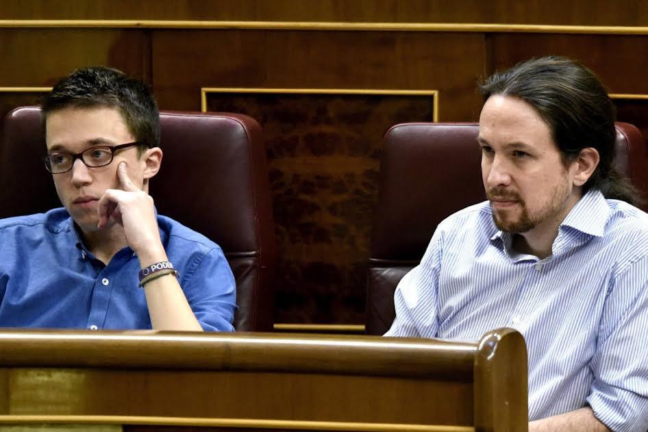 Η αλλαγή πλεύσης των «σοσιαλιστών» προκαλεί αναταραχή και στο εσωτερικό των Podemos, που είδαν να καταρρέει η στρατηγική σχηματισμού «προοδευτικής συγκυβέρνησης». Ο επικεφαλής Πάμπλο Ιγκλέσιας φαίνεται τώρα να φλερτάρει με την ιδέα μιας «προσεκτικής» επιστροφής στο ριζοσπαστισμό. Από την άλλη ο υπ' αριθ. 2 των Podemos, ο Ινίγο Ερεχόν (αριστερά στη φωτό), απομακρύνεται κι άλλο από τον μέντορά του, προκρίνοντας μια «υπεύθυνη κοινοβουλευτική αντιπολίτευση» ώστε να κερδηθούν μετριοπαθείς ψηφοφόροι με στόχο τη συμμετοχή σε επόμενο κυβερνητικό σχήμα. Η αντιπαράθεση μεταξύ τους οδήγησε τον Ιγκλέσιας σε μια πρωτοφανή συμμαχία με το ρεύμα των Anticapitalistas, ώστε να διασφαλίσει την επικράτησή του επί του Ερεχόν στις εσωκομματικές εκλογές των Podemos στην περιφέρεια της Μαδρίτης.