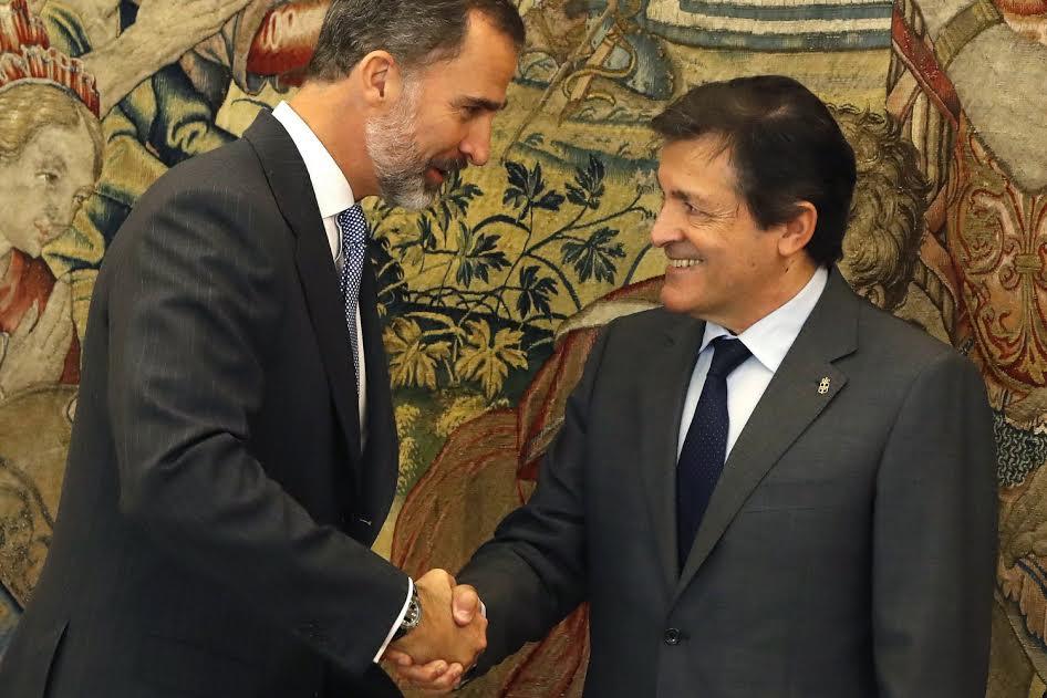 Ο Χαβιέ Φερνάντεθ, «υπηρεσιακός» ηγέτης του Σοσιαλιστικού Κόμματος μετά το εσωκομματικό πραξικόπημα που εκδίωξε τον Πέδρο Σάντσεθ (ο οποίος αρνούνταν να στηρίξει τον Ραχόι), διαβεβαίωσε όλο χαμόγελα τον Ισπανό μονάρχη Φίλιππο ότι ολόκληρη η κοινοβουλευτική ομάδα του θα επιτρέψει στη Δεξιά να ξανασχηματίσει κυβέρνηση. Μάλιστα σε ένδειξη σεβασμού προς τη μοναρχία των Βουρβώνων ο «σοσιαλιστής» Φερνάντεθ φορούσε στο πέτο και… στέμμα. Έχει μία ακόμη μέρα για να πειθαρχήσει 18 από τους 84 συνολικά βουλευτές του, οι οποίοι εξακολουθούν να αρνούνται να στηρίξουν τον Ραχόι στην αυριανή ψηφοφορία. Μεταξύ των «διαφωνούντων» είναι και ολόκληρο το καταλανικό τμήμα του Σοσιαλιστικού Κόμματος, το οποίο απειλείται τώρα με τιμωρία από τον κεντρικό μηχανισμό…