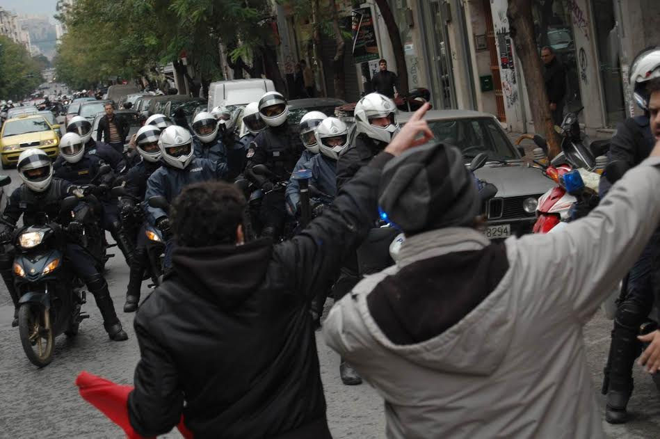 Μια από τις πολλές φωτογραφίες που κατατέθηκαν στο δικαστήριο. Ο Γιώργος Μ. και ένας ακόμα διαδηλωτής δείχνει στους μοτοσικλετιστές της αστυνομίας να περάσουν από αλλού για τον προορισμό τους και όχι μέσα από το μπλοκ της κίνησης «Δικαίωμα»