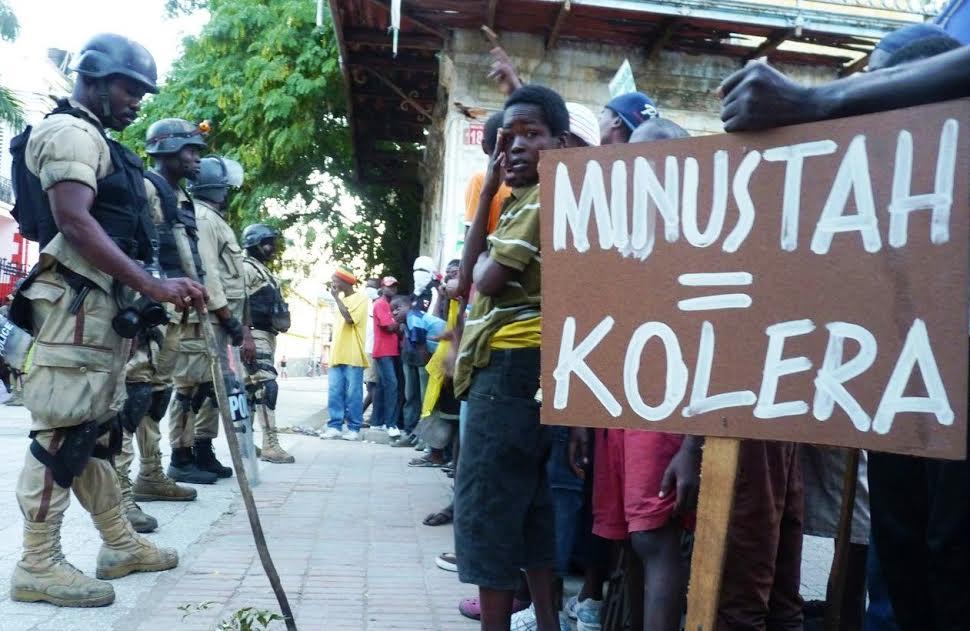 Τα τελευταία 6 χρόνια η χολέρα σκότωσε 9.000 Αϊτινούς, ενώ σχεδόν 800.000 έχουν προσβληθεί από την ασθένεια! Πριν δυο μήνες ο γενικός γραμματέας του ΟΗΕ παραδέχθηκε για πρώτη φορά ότι οι κυανόκρανοι της «ειρηνευτικής αποστολής MINUSTAH», που έριχναν κρυφά τα λύματά τους σε ένα ποτάμι, ευθύνονται για την ταχεία εξάπλωση της ασθένειας – όπως και η ολιγωρία στην παροχή της αναγκαίας ιατροφαρμακευτικής περίθαλψης. Καλού-κακού, πάντως, ο Μπαν Κι Μουν φρόντισε να διευκρινίσει ότι ο ΟΗΕ και το προσωπικό του «χαίρουν πλήρους ασυλίας». Μπορούν δηλαδή ατιμώρητα να συνεχίσουν να δέρνουν (και συχνά να σκοτώνουν) όσους διαμαρτύρονται… Δικαίως λοιπόν η MINUSTAH μεταφράζεται, κυριολεκτικά και μεταφορικά, σε χολέρα!