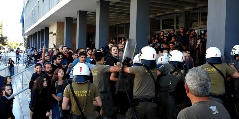 Τα ΜΑΤ παρόντα και έξω από τα Ειρηνοδικεία όπου εκδικάζονται πλειστηριασμοί πρώτης κατοικίας