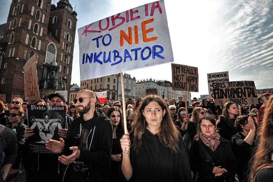 «Η γυναίκα δεν είναι εκκολαπτήριο» γράφει το πλακάτ της διαδηλώτριας που πήρε μέρος στη Μαύρη Διαμαρτυρία του περασμένου Σαββάτου στην Κρακοβία. Μαζικές διαδηλώσεις ενάντια στην επιχειρούμενη καθολική απαγόρευση των αμβλώσεων πραγματοποιήθηκαν σε όλη την Πολωνία.
