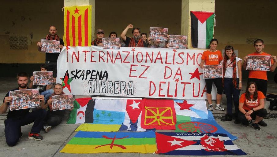 «Ο διεθνισμός δεν είναι έγκλημα» - Από διαμαρτυρία ενάντια στην περυσινή δικαστική δίωξη πέντε μελών της Askapena. Κατηγορούνταν ως «υποστηρικτές της τρομοκρατίας», αλλά τελικά αθωώθηκαν «ελλείψει στοιχείων»…