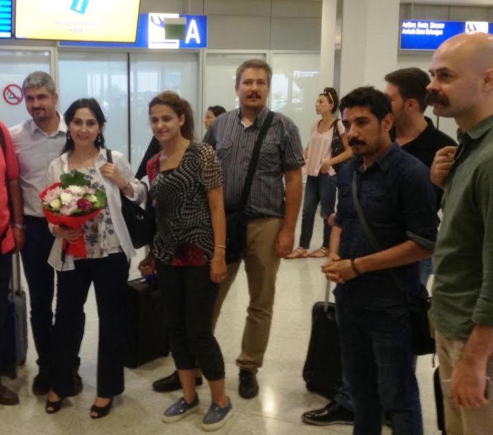 Η άφιξη της αντιπροσωπείας του Δημοκρατικού Κόμματος των Λαών (HDP) στην Αθήνα τον περασμένο Ιούνιο για το Resistance Festival. Αριστερά η συμπρόεδρος του κόμματος Φιγκέν Γιουκσεκντάγ. Συνελήφθη στις 3 Νοεμβρίου. Στο κέντρο ο αντιπρόεδρος του HDP Αλπ Άλτινορς. Συνελήφθη στις 9 Σεπτεμβρίου. Στο άκρο δεξιά ο Ολτζάι Τσελίκ, ο οποίος συνελήφθη με την κατηγορία ότι… τραγούδησε στα κουρδικά! Είναι χαρακτηριστικό της γελοιότητας των «κατηγοριών» ότι ο Τσελίκ είναι τουρκικής και όχι κουρδικής καταγωγής, και δεν γνωρίζει καν την κουρδική γλώσσα!