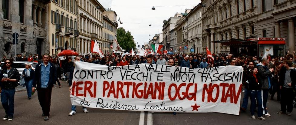 Το κίνημα ενάντια στο τρένο υψηλής ταχύτητας (NO TAV) έχει υπερβεί τον αρχικό στόχο του, εξελισσόμενο σε πόλο συσπείρωσης των ριζοσπαστικών δυνάμεων στον ιταλικό Βορρά. Παρόλο που εκεί, σε αντίθεση με το Νότο, ο Ρέντσι παραμένει σχετικά ισχυρός, το NO TAV έπαιξε καθοριστικό ρόλο στην ήττα της Κεντροαριστεράς στο Τορίνο, όπου στις δημοτικές εκλογές κέρδισε το Κίνημα Πέντε Αστέρων. Τώρα, υποστηρίζει ενεργητικά το «όχι» στο δημοψήφισμα. Γι' αυτό και υπόκειται σε βάρβαρη καταστολή από την κυβέρνηση Ρέντσι, όπως συνέβη στο παρελθόν και από την κυβέρνηση Μπερλουσκόνι. Η φωτογραφία είναι από διαδήλωση στο Τορίνο: «Από τον κάμπο ως την πόλη, ενάντια σε παλιούς και νέους φασισμούς – Χτες παρτιζάνοι, σήμερα NO TAV – Η αντίσταση συνεχίζεται»!
