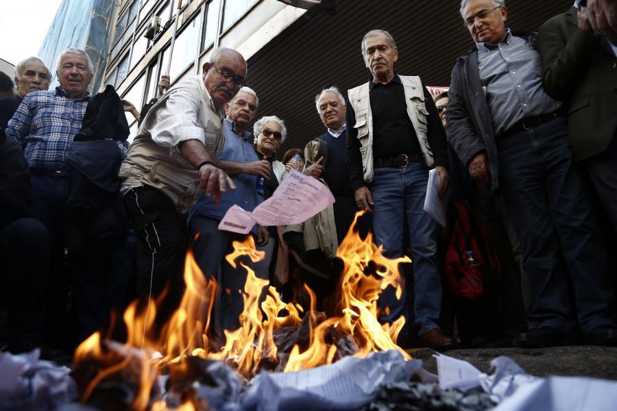 Οι απόμαχοι της δουλειάς εμπιστεύτηκαν τον ΣΥΡΙΖΑ για να βάλει ένα τέλος στις συνεχείς μειώσεις των συντάξεων. Τίμησαν την εμπιστοσύνη τους με νέες ακόμα μεγαλύτερες μειώσεις… και τους ενημέρωσαν με επιστολή για αυτές. Στη μεγάλη κινητοποίηση της Πέμπτης 3/11/2016 οι συνταξιούχοι καίνε τα ενημερωτικά σημειώματα…