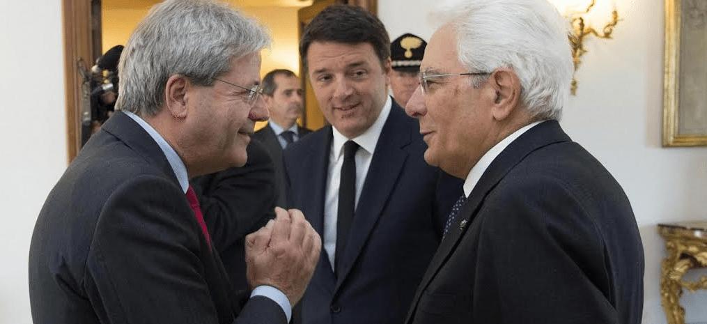 Ο νέος Ιταλός πρωθυπουργός Πάολο Τζεντιλόνι («αριστεριστής» στα νιάτα του…) συζητά με τον πρόεδρο της χώρας Σέρτζιο Ματαρέλα υπό τα βλέμματα του Ρέντσι – ο οποίος φιλοδοξεί να συνεχίσει να κινεί τα νήματα από το παρασκήνιο…