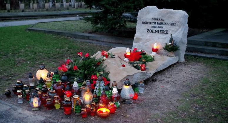 Το φάντασμα του στρατηγού Ο πάλαι ποτέ ισχυρός άνδρας της Πολωνίας, στρατηγός Βόιτσεχ Γιαρουζέλσκι, πέθανε πρόπερσι και τάφηκε με πλήρεις τιμές. Στην κηδεία του πήγε και ο μεγάλος αντίπαλός του, ο Λεχ Βαλέσα, λέγοντας ότι «είναι δουλειά του Θεού να τον κρίνει». Τελικά, τη δουλειά της κρίσης ανέλαβε (ως… υπεργολάβος του Θεού;) η σημερινή ακροδεξιά κυβέρνηση του PiS. Συγκεκριμένα, ο υπουργός Εθνικής Άμυνας έχει ξεκινήσει διαδικασία ώστε να αφαιρεθεί… μετά θάνατον ο βαθμός του στρατηγού από τον Γιαρουζέλσκι και άλλους, που θεωρούνται υπεύθυνοι για την επιβολή του στρατιωτικού νόμου στη Πολωνία το 1981. Κι αυτό ενώ κανένα δικαστήριο δεν καταδίκασε τον Γιαρουζέλσκι ότι δρούσε κατά της χώρας του (η Ιστορία έχει ακόμα χρόνο να το δει…). Το κυνήγι των μαγισσών καλά κρατεί, κι ο αντικομμουνισμός επεκτείνεται πλέον στη… μεταφυσική, αφού μάλλον κάποιοι θα βλέπουν στον ύπνο τους το στρατηγό ως δαίμονα που τους τρομοκρατεί!