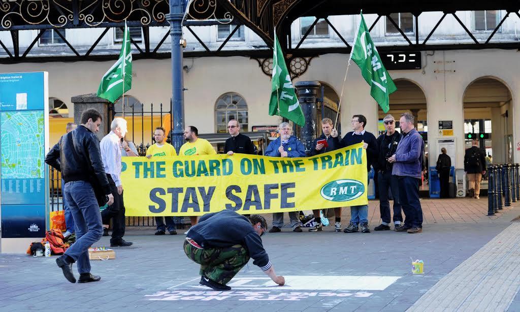 «Κρατήστε τον φύλακα στο τρένο – Μείνετε ασφαλείς»: Το συνδικάτο σιδηροδρομικών RMT μπήκε μπροστά σε ένα νέο απεργιακό κύμα εξαιτίας της απόφασης των Νότιων Σιδηροδρόμων να καταργήσουν τη θέση του φύλακα στις αμαξοστοιχίες – αφήνοντας έτσι τον μηχανοδηγό μοναδικό εργαζόμενο (και υπεύθυνο για τα πάντα) σε συρμούς που μεταφέρουν έως και χίλιους επιβάτες! Με ή χωρίς Brexit, η επισφάλεια απλώνεται παντού στη Βρετανία…