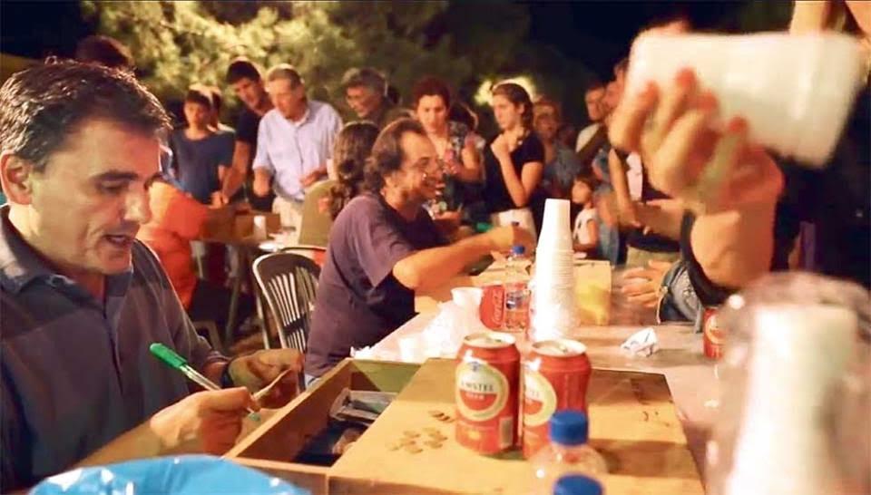 Στη φωτογραφία, ο Τσακαλώτος σε λίγο παλιότερες εποχές, ενώ πουλάει μπύρες στο φεστιβάλ νεολαίας του ΣΥΡΙΖΑ. Καμάρι της «δικαιωματικής» πτέρυγας του κόμματος, «ο Ευκλείδης μας» όπως τον αποκαλούσαν οι σύντροφοί του, πιστός υπηρέτης σήμερα και πρωτοκολλητής του πιο εξτρεμιστικού νεοφιλελευθερισμού γερμανικής κοπής…