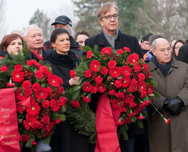 Η ηγεσία της γερμανικής Αριστεράς καταθέτει στεφάνι στο μνημείο του Λίμπκνεχτ και της Λούξεμπουργκ, που (τι ειρωνεία ενώ επιδιώκεται η στοίχιση της Αριστεράς πίσω από το SPD!) δολοφονήθηκαν επί «σοσιαλδημοκρατικής» κυβέρνησης το 1919. Δεύτερη από αριστερά, η Ζάρα Βάγκενκνεχτ, που σκανδαλίζει το γερμανικό κατεστημένο με τις «ακραίες» απόψεις της. Δίπλα της, στο κέντρο, ο… έτερος ακραίος: ο Όσκαρ Λαφοντέν. Δεξιά του, ο Ντίτμαρ Μπαρτς, ένας από τους επικεφαλής της Αριστεράς που, σε αντίθεση με τους δύο προηγούμενους, θεωρείται «λογικός». Έτοιμος δηλαδή να συγκυβερνήσει… Στο δεξί άκρο, ο ισορροπιστής Γκρέγκορ Γκίζι, η επονομαζόμενη «αλεπού» του κόμματος, που πρόσφατα εκλέχθηκε πρόεδρος του Κόμματος Ευρωπαϊκής Αριστεράς.