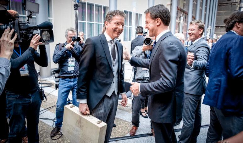 Οι εκλογές του επόμενου μήνα μάλλον θα παγώσουν τα χαμόγελα των δύο εικονιζόμενων στο κέντρο της φωτογραφίας. Αριστερά ο νυν Ολλανδός υπουργός Οικονομικών, ο πολύ μάγκας απέναντι στην Ελλάδα Γερούν Ντάισελμπλουμ… Άραγε θα είναι υπουργός και στην επόμενη κυβέρνηση της χώρας του; Ας εκλεγεί καταρχήν βουλευτής, και βλέπουμε! Το σοσιαλδημοκρατικό PvdA, στο οποίο ανήκει, αναμένεται να υποστεί ιστορική ήττα, χάνοντας πάνω από τα δύο τρίτα των εδρών του. Μεγάλη πτώση αναμένεται και για το κεντροδεξιό VVD του πρωθυπουργού Μαρκ Ρούτε (δεξιά στη φωτό), με το οποίο συγκυβερνούν οι σοσιαλδημοκράτες.