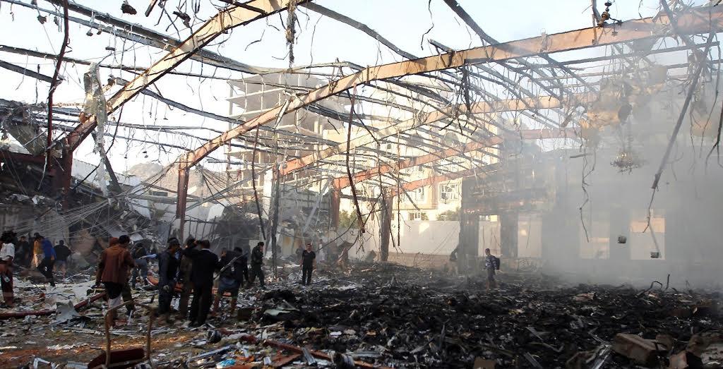 Η επέμβαση της Σαουδικής Αραβίας στην Υεμένη έχει προκαλέσει χιλιάδες απώλειες μεταξύ των αμάχων. Εδώ κτίριο που βομβαρδίστηκε τον περασμένο Οκτώβριο, ενώ τελούνταν η επικήδεια τελετή του πατέρα ενός φιλοϊρανού ηγέτη. Μετά το πρώτο χτύπημα, κι αφού είχαν φτάσει τα σωστικά συνεργεία, τα σαουδαραβικά μαχητικά έκαναν κι ένα δεύτερο «πέρασμα». Τελικός απολογισμός: 213 νεκροί και πάνω από 1.000 τραυματίες…