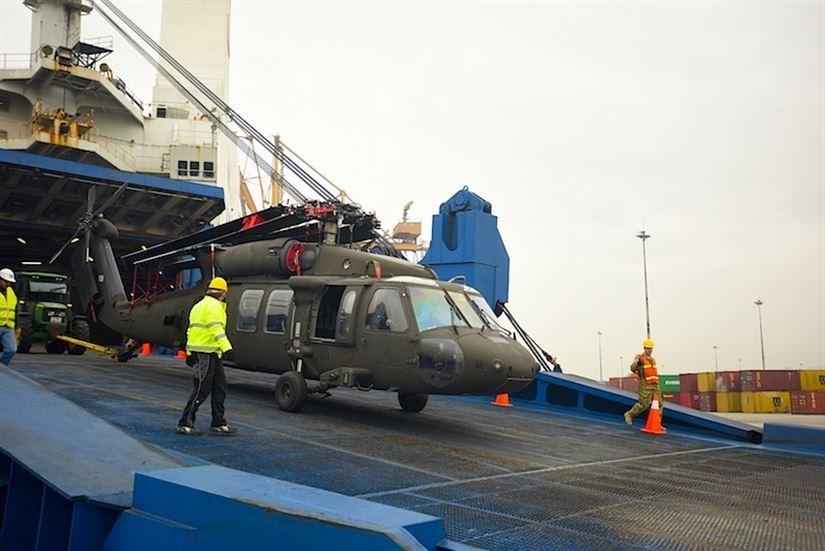 Επιθετικά αμερικανικά ελικόπτερα εκφορτώνονται στο λιμάνι της Θεσσαλονίκης με σκοπό να λάβουν μέρος στη ΝΑΤΟϊκή επιχείρηση «Atlantic Resolve»