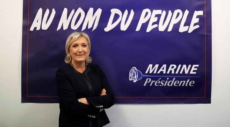 Η Λεπέν, προσπαθώντας να αποστασιοποιηθεί από την κλασική και μάλλον αντιδημοφιλή εικόνα της Ακροδεξιάς, έχει λεηλατήσει το αντίπαλο στρατόπεδο. Από την προμετωπίδα της μετεπαναστατικής Γαλλίας «Au nom du peuple» («Στο όνομα του λαού») ως το τριαντάφυλλο-σύμβολο του Μιτεράν όταν πρωτοεκλέχθηκε πρόεδρος της Γαλλίας, τα πάντα έχουν τεθεί στην υπηρεσία σαγήνευσης της λαϊκής ψήφου! Στον Μιτεράν πάντως το χρωστούσε, αφού αυτός ήταν που στα μέσα της δεκαετίας του '80 είχε τη φαεινή ιδέα να πριμοδοτήσει με κάθε τρόπο το Εθνικό Μέτωπο ώστε να στριμώξει την παραδοσιακή Κεντροδεξιά…