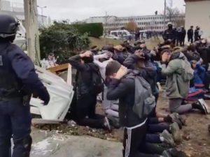 Οι Γάλλοι μαθητές, αιχμάλωτοι των δυνάμεων ασφαλείας στη Μαντ Λα Ζολί. Το καθεστώς είναι ιδιαίτερα σκληρό απέναντι στην νέα γενιά. Η μάχη του φρονήματος και της ψυχής είναι στο επίκεντρο και οι νέοι πρέπει να σκύψουν το κεφάλι. Αναζητείστε και δείτε το 17 δευτερολέπτων σοκαριστικό βίντεο στο youtube.com
